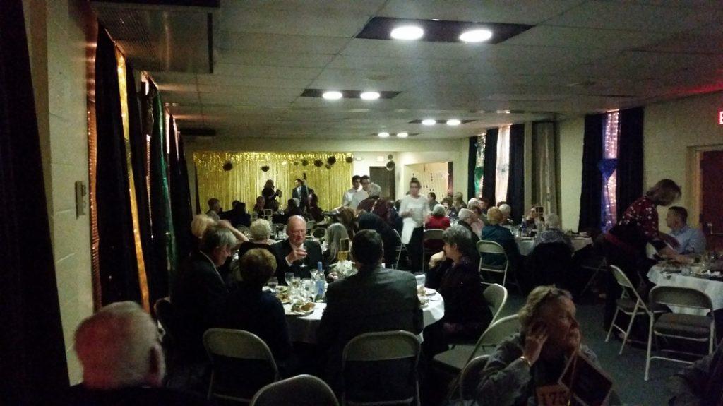 Auction attendees enjoy dinner.